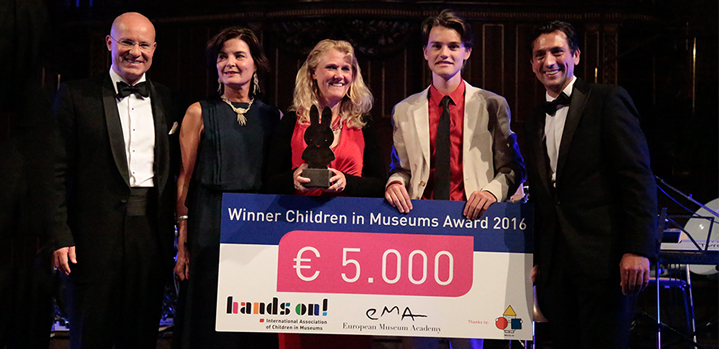 Peter Stöckler (Gemeinderat Graz), Annemies Broekgaarden (Head Public & Education Rijks Museum Amsterdam), winner Willemijn Simon van Leeuwen with her son Remi Bennis (GeoFort), Jörg Ehtreiber (Director children's museum FRida & freD Graz, President of Hands On!). Foto: fini Agentur